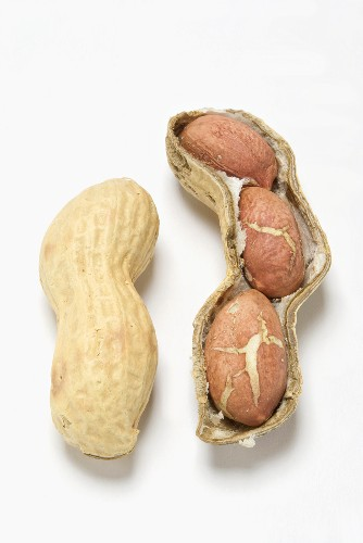Unshelled peanut and peanuts in opened shell