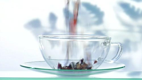 fr chtetee zubereiten losen tee mit heissem wasser bergiessen video kaufen stockfood. Black Bedroom Furniture Sets. Home Design Ideas