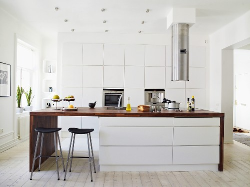 Kitchen with extractor hood