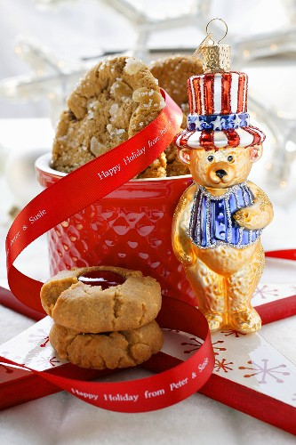 Ginger cookies and peanut cookies as gifts