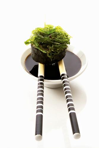 Gunkan maki with seaweed and soy sauce