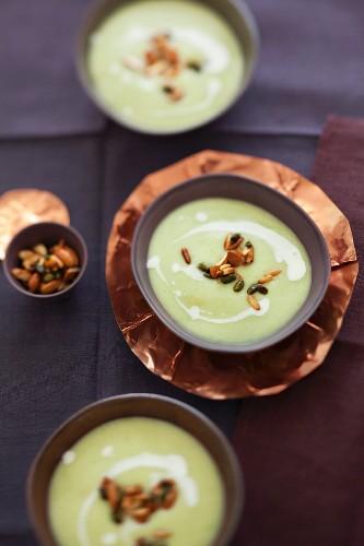 Kohlgerichte für den Winter: Wirsing-Creme-Suppe mit Nüssen