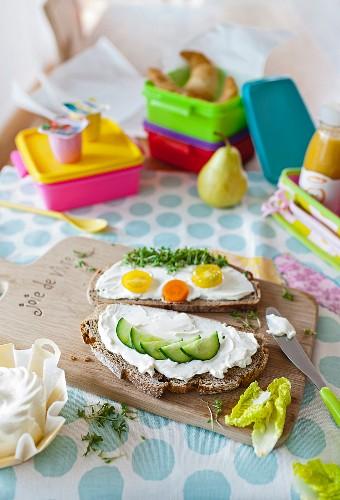 Brotscheiben mit Frischkäse & dekoriert mit Gesicht aus Gemüse