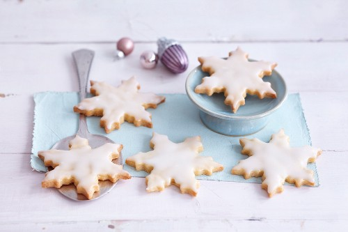 Snowflake-shaped biscuits with pineapple glaze