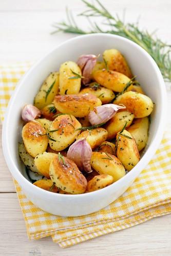 Bratkartoffeln mit Rosmarin und Knoblauch
