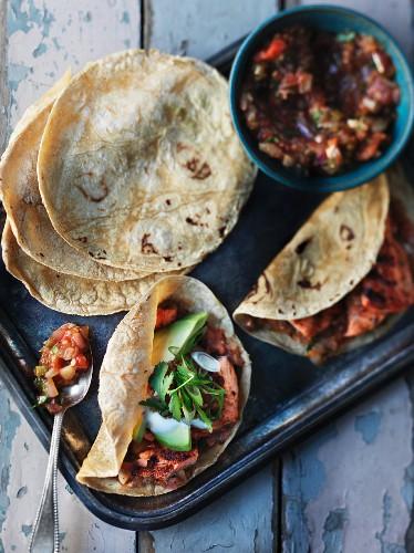 Tacos mit gegrilltem Hähnchenfleisch, Bohnensalsa und Avocado