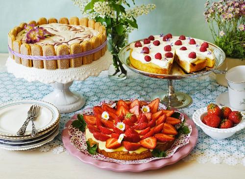Drei verschiedene Sommerkuchen am Buffet