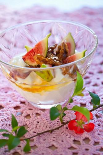 Yoghurt with fresh figs, walnuts and honey