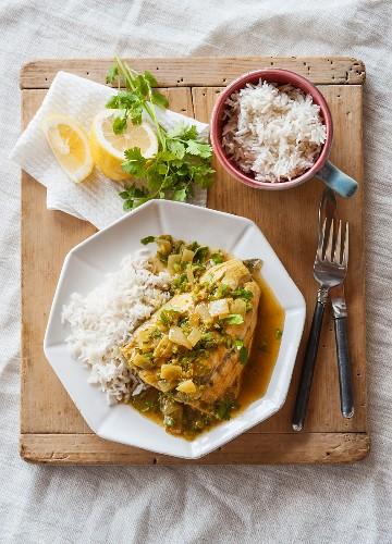 Fish dopiaza (India) with coriander and rice