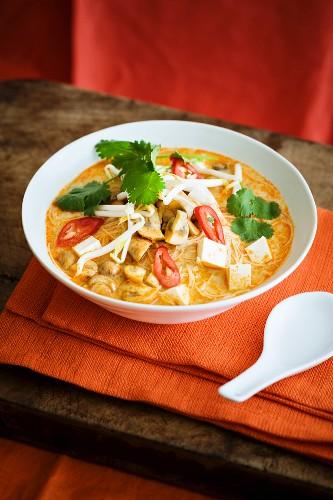 Vegetarische Laksa mit Tofu, Nudeln, Gemüse, Chili & Kokosmilch