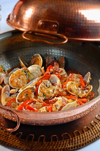 Ameijoas na cataplana (shellfish stew with chorizo and peppers, Portugal)