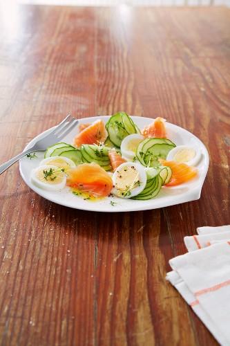 Gurkensalat mit Räucherlachs und Ei
