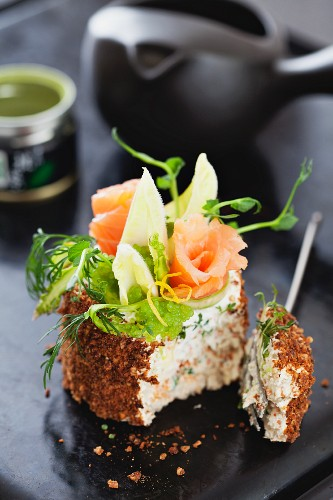 Mini cream cheese cake with rye bread, smoked salmon and wasabi