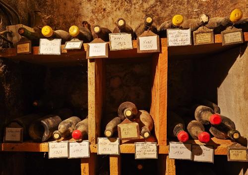Gelagerte, alte Weinflaschen
