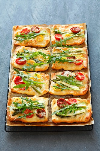 Mini tomato tarts with asparagus and rocket
