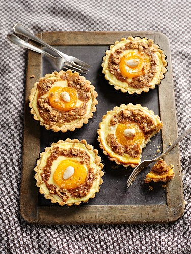 Quark tartlets with peaches and almonds
