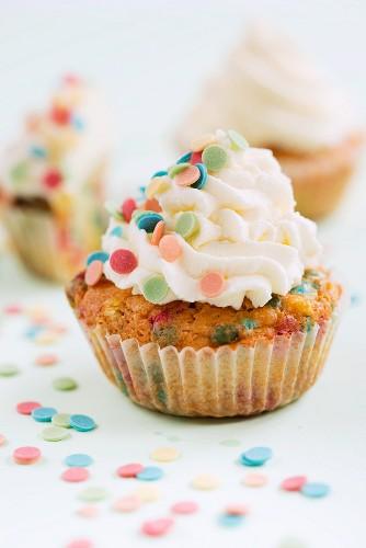 Cupcakes mit bunten Zuckerkonfetti
