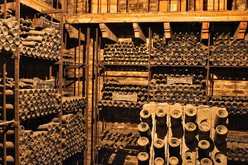 Alte Flaschen im Weinkeller Cousino Macul, Santiago, Maipo Valley, Chile