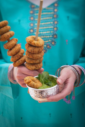 Fried lentil rings with mint chutney