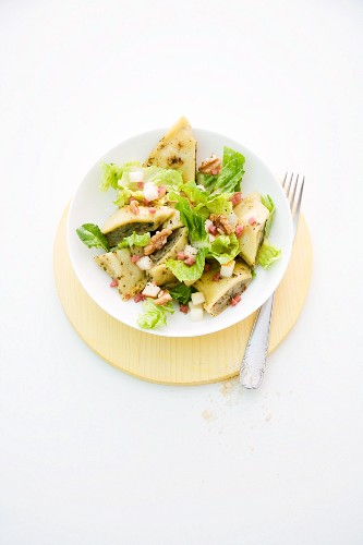 Maultaschen (Swabian ravioli) salad with pears and bacon