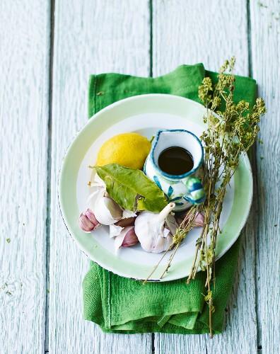 Mediterranes Stillleben mit Ölkrug und Zitrone
