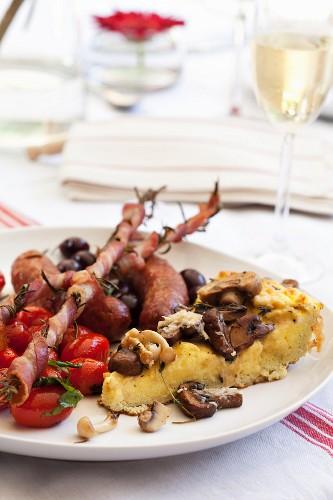 Pilzfrittata mit Tomaten, Speck und Würstchen mit Trauben