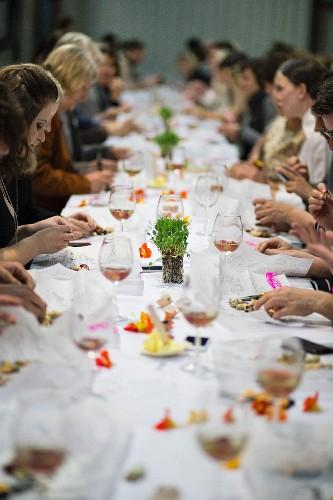 Frauen beim Essen an einer langen Tafel