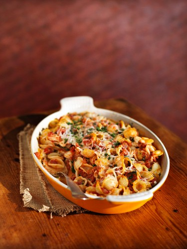 Pasta bake with tomatoes and grated cheese