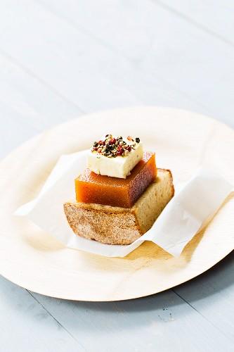 Maisbrot mit Käse und Quittengelee