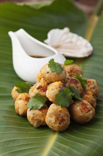 Hähnchen-Hackbällchen mit Ingwer, Curry, Macadamia und getrockneten Aprikosen