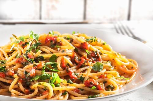 Spaghetti pomodoro e prezzemolo (pasta with tomatoes, shallots and parsley, Italy)