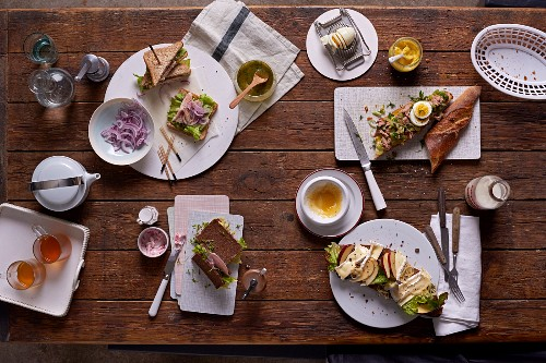 Wholemeal tramezzini with smoked trout; pumpernickel with ham and cranberry butter; tuna fish baguette with egg and curry and a slice of country bread with Camembert and apple wedges