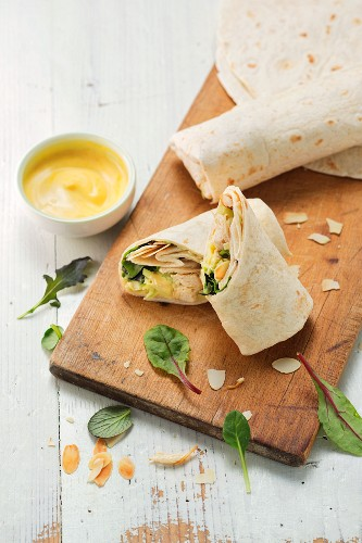 Curry wraps with lettuce, chicken breast and a lemon and yoghurt dip