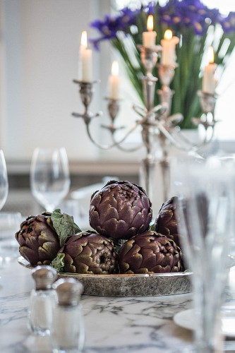 Fresh artichokes as table decoration