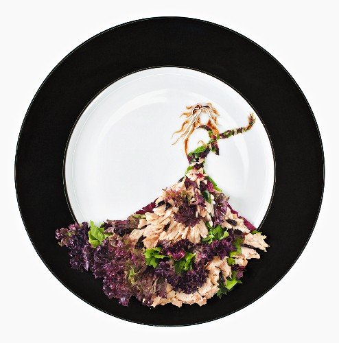 Fashion Food: tuna fish salad with rocket, lollo rosso lettuce and olives
