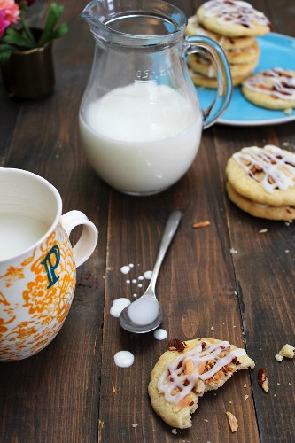 Almond biscuits with icing sugar and milk