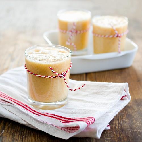 Smoothie aus Banane und Orangen mit Ingwer