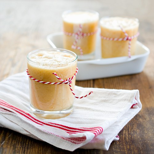 Smoothies made from bananas and oranges with ginger