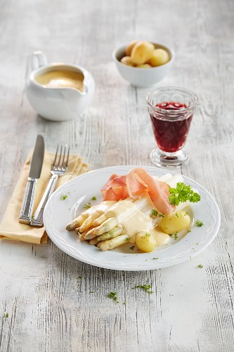 Asparagus with Hollandaise sauce, ham and new potatoes