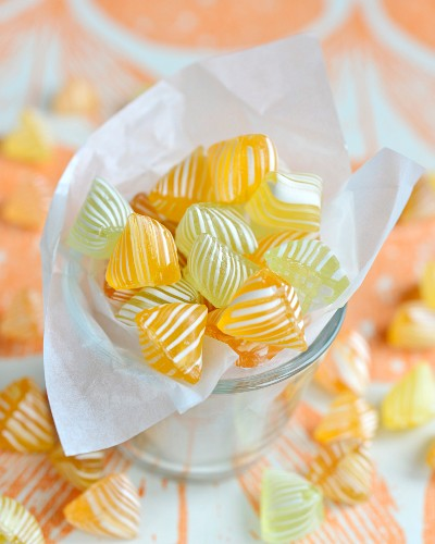 Gelb-weiss gestreifte Bonbons im Glas