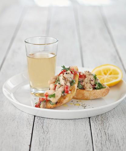 Crostini mit Fisch, Tomate und Petersilie