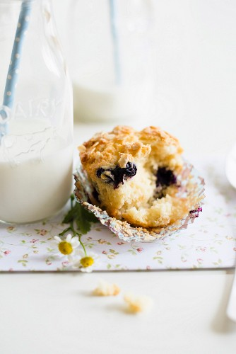 Heidelbeer-Joghurt-Muffins mit Haferflocken neben Milchflasche