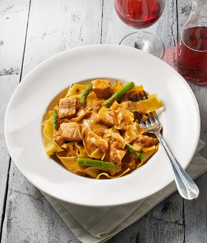 Tagliatelle with salmon and green asparagus