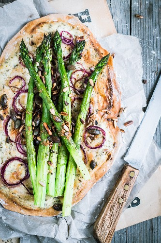 Tarte flambée with green asparagus and onion rings