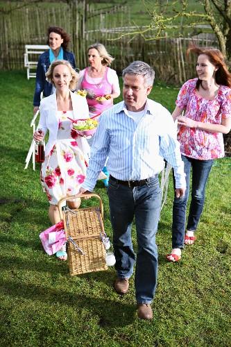Menschengruppe geht zu gemeinsamen Picknick