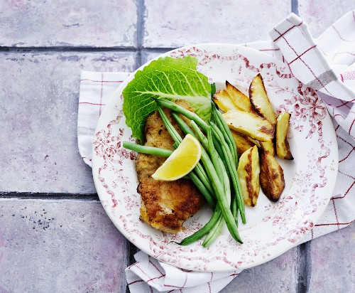 Breaded veal escalope with fried potatoes and green beans