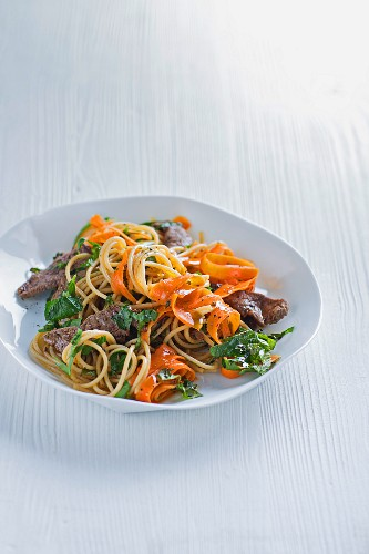 Wholemeal spaghetti with beef, carrots and wild garlic