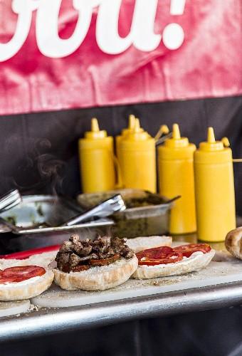 Burger mit Ketchup in einem Imbisslokal