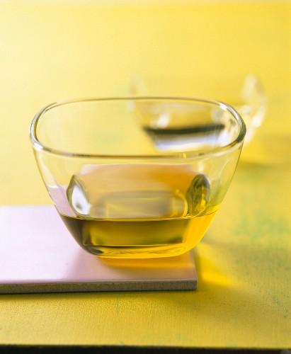 Olivenöl in einem Glasschälchen