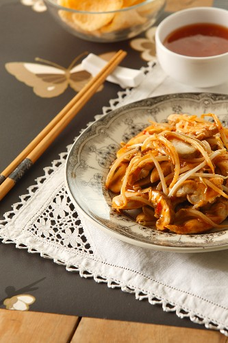 Sweet-and-sour chicken with beansprouts (China)